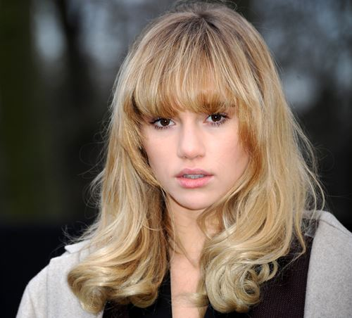 Suki Waterhouse long hairstyle with bangs for round face